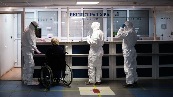 Врачи в больнице, где проходят лечение больные с COVID-19