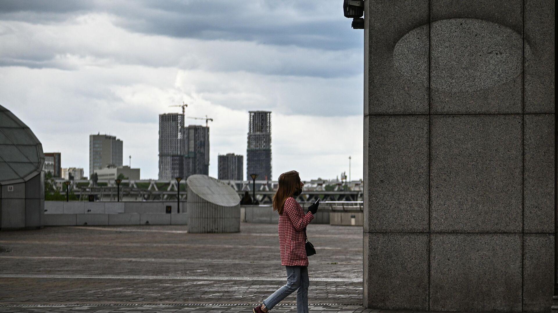 Девушка на торгово-пешеходном мосту Багратион в Москве - РИА Новости, 1920, 12.06.2021