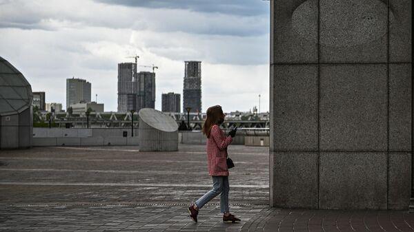 Девушка на торгово-пешеходном мосту Багратион в Москве