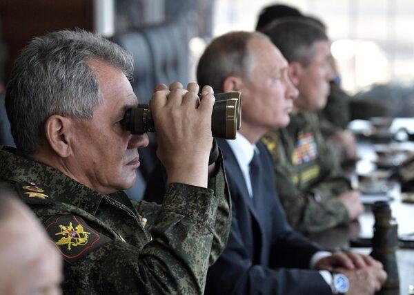 Министр обороны РФ, генерал армии Сергей Шойгу наблюдает за ходом военных маневров российских, монгольских и китайских вооруженных сил Восток-2018 с командного пункта на полигоне Цугол