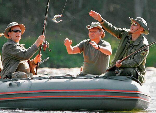 Князь Монако Альберт II, глава МЧС Сергей Шойгу и президент России Владимир Путин (слева направо) во время рыбной ловли в верховьях реки Енисей