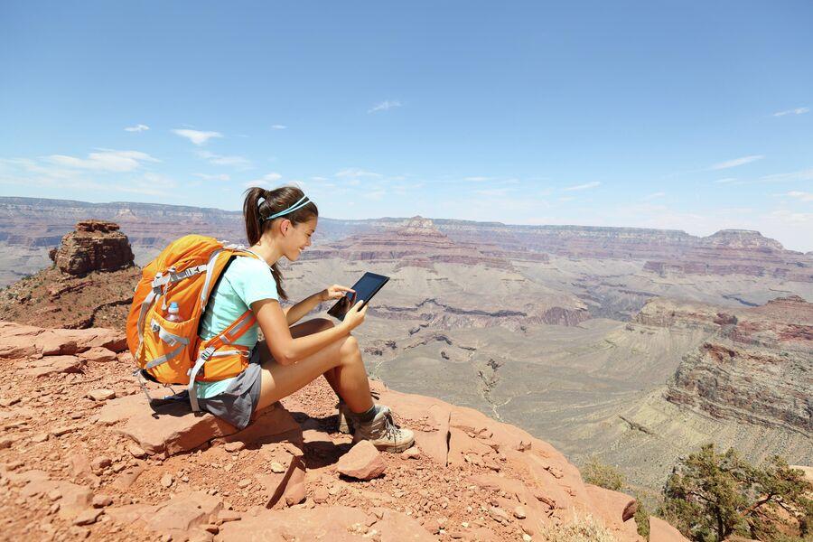 Путешественница с планшетным компьютером