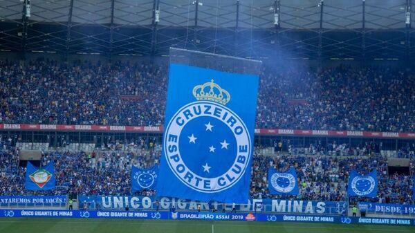 Логотип бразильского футбольного клуба Крузейро перед матчем