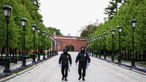 Сотрудники полиции в Александровском саду