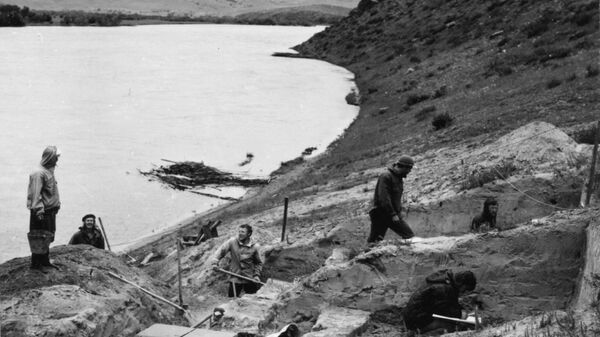 Раскопки на участке Усть-Кяхта-3 в Республике Бурятия в 1976 году