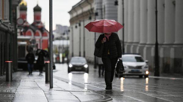 Девушка с зонтом в центре Москвы
