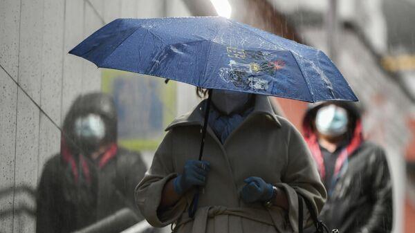 Женщина с зонтом в Москве