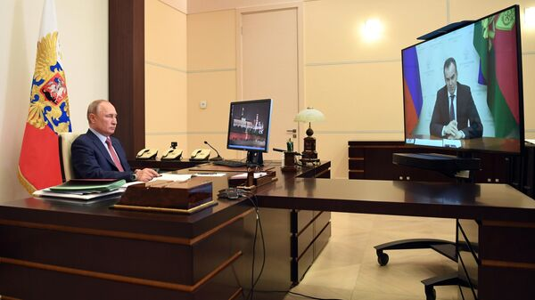 Владимир Путин во время встречи в режиме видеоконференции с губернатором Краснодарского края Вениамином Кондратьевым