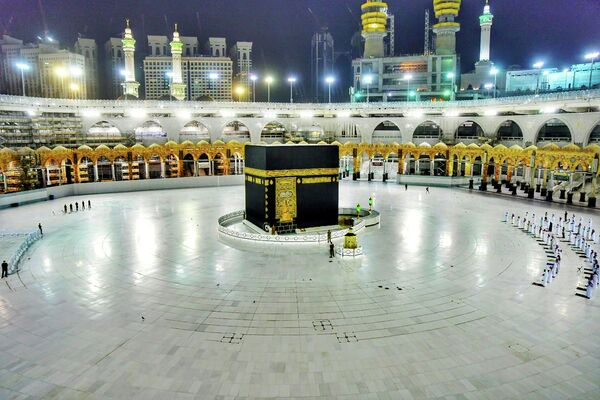 Мусульмане молятся во время Ночи предопределения в мечети Масджид аль-Харам в Мекке