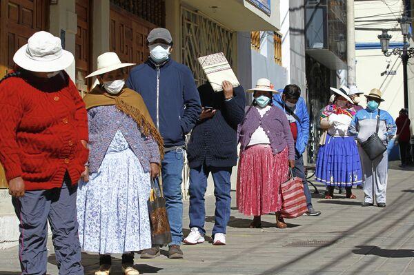 Очередь за информацией по выплатам пострадавшим от кризиса, вызванного пандемией коронавируса в  Пуно, Перу