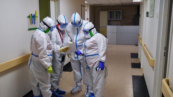 Медицинские работники в одном из отделений госпиталя COVID-19 в Центре мозга и нейротехнологий ФМБА России