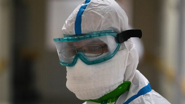 Медицинский работник в одном из отделений госпиталя COVID-19