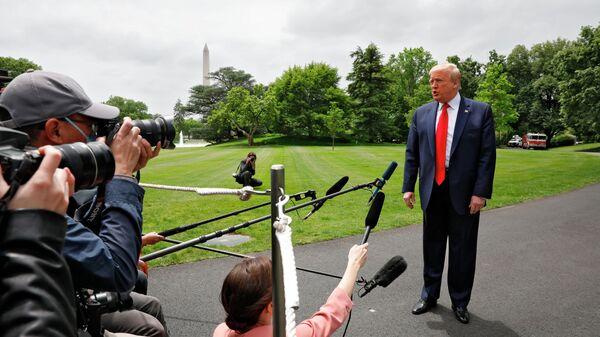 Президент США Дональд Трамп беседует со СМИ на южной лужайке Белого дома в Вашингтоне