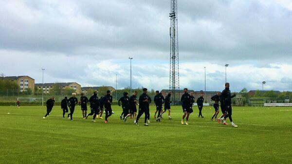 Футболисты датского футбольного клуба Орхус на тренировке
