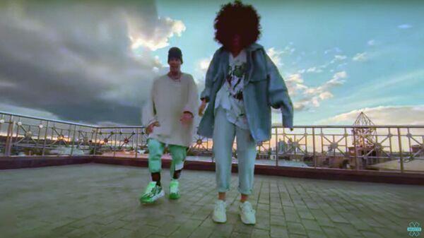 Кадр и клипа на песню Fly 2 исполнителей Данила Прыткова (Niletto) и Юлии Зиверт (Zivert)