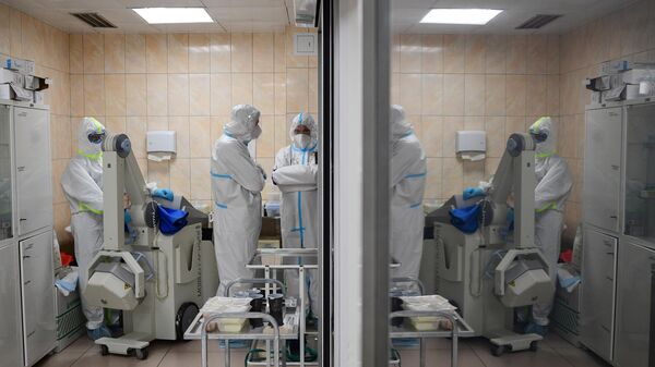 Медицинские работники в отделении госпиталя COVID-19 в ГКБ №15 имени О. М. Филатова