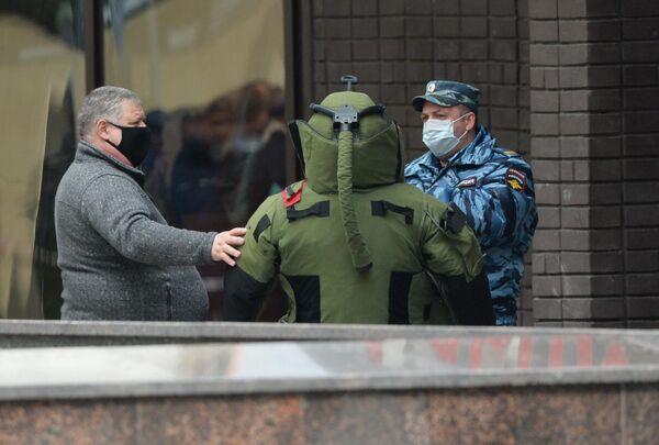 Сапер у отделения Альфа-банка в центре Москвы, откуда поступило сообщение, что неизвестный удерживает несколько человек и угрожает взорвать отделение