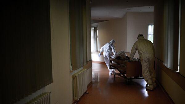 Санитары транспортируют пациента в реанимационное отделение Центральной клинической больницы РЖД - Медицина