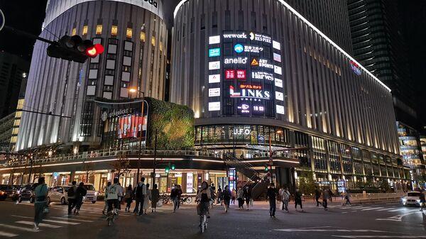 Магазин электроники Yodobashi Camera у центральной железнодорожной станции Осака
