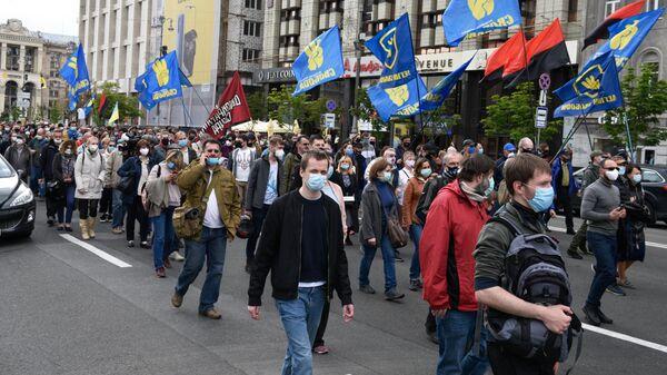 Участники акции против президента Украины Владимира Зеленского идут к дому В. Зеленского в Киеве