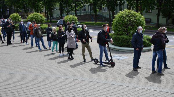 Очередь желающих поставить подпись за выдвижение кандидатов на пост президента Белоруссии в Минске