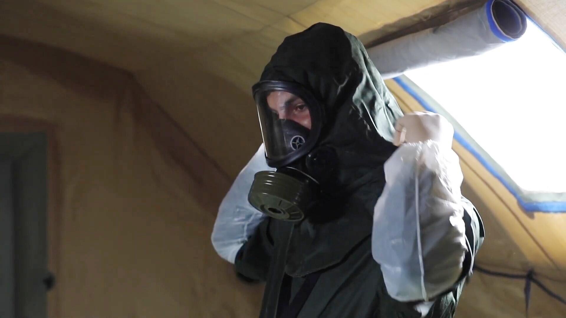 Военный медик одевает защитный костюм в полевом госпитале в Буйнакске - РИА Новости, 1920, 01.02.2021