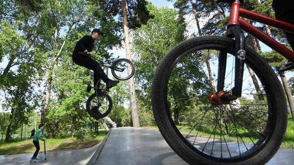 Молодые люди катаются на велосипедах в парке имени Урицкого в Казани