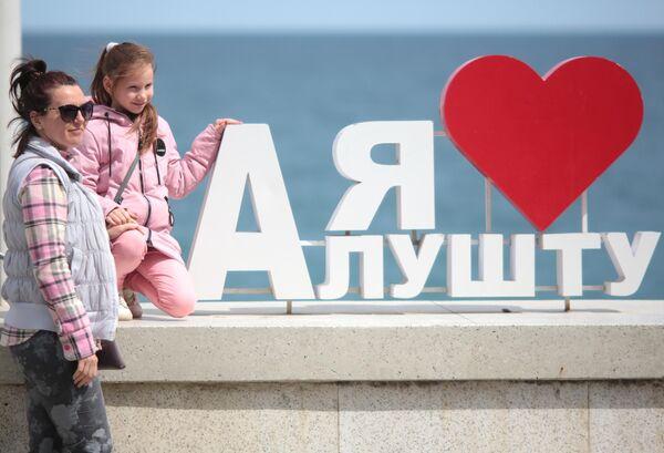 Женщина с ребенком на набережной Алушты после отмены режима самоизоляции в Крыму