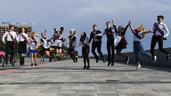 Выпускники на Михайловской набережной в Новосибирске