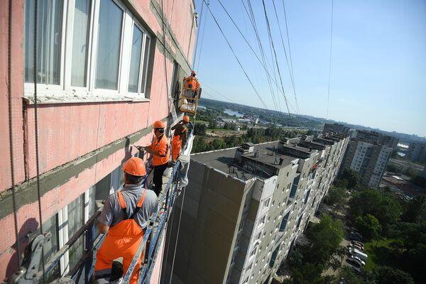 абочие проводят ремонт жилого дома в московском районе Капотня