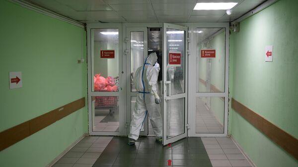 Медицинские работники входят в красную зону госпиталя COVID-19 городской клинической больницы № 15 имени О. М. Филатова в Москве