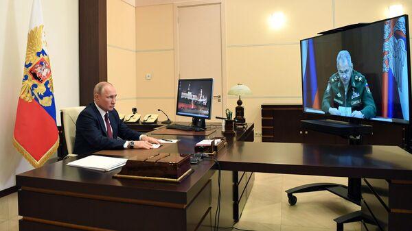Президент РФ Владимир Путин во время встречи в режиме видеоконференции с министром обороны РФ Сергеем Шойгу