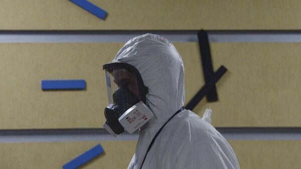 Медицинский работник в госпитале COVID-19 в больнице No 122 им. Л. Г. Соколова в Санкт-Петербурге