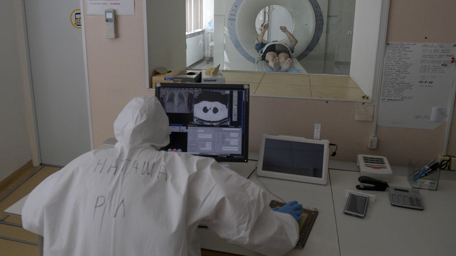Медицинский работник в кабинете компьютерной томографии в госпитале COVID-19 в больнице No 122 им. Л. Г. Соколова в Санкт-Петербурге - РИА Новости, 1920, 22.01.2021