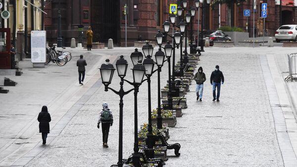 Прохожие на улице Кузнецкий мост в Москве