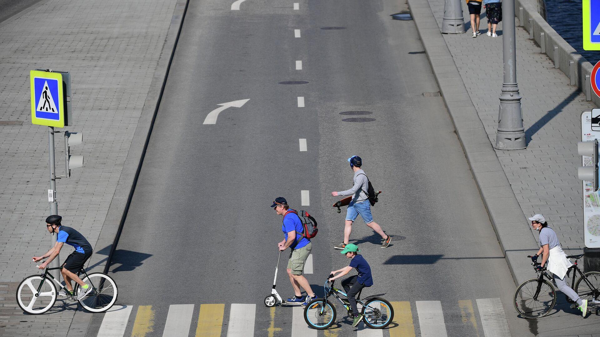 Люди пересекают дорогу по пешеходному переходу в Москве - РИА Новости, 1920, 13.09.2021