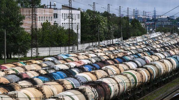 Железнодорожные вагоны-цистерны для перевозки нефти и топлива на железнодорожной грузовой станции Яничкино в подмосковных Котельниках
