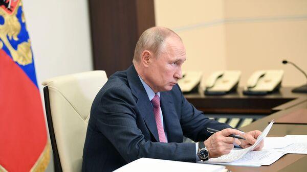 Президент РФ Владимир Путин во время рабочей встречи в режиме видеоконференции с губернатором Смоленской области Алексеем Островским
