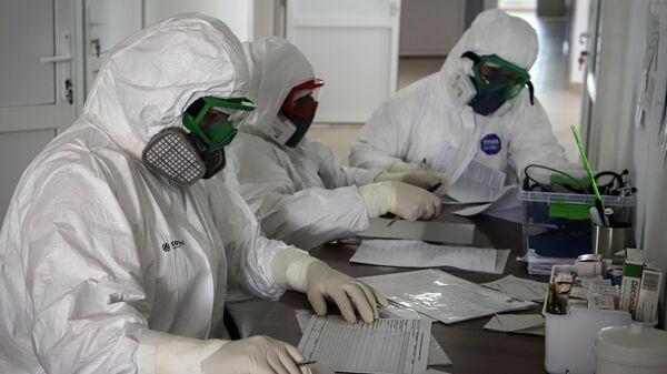 Медицинские работники в госпитале для зараженных коронавирусной инфекцией COVID-19 в Черкесске