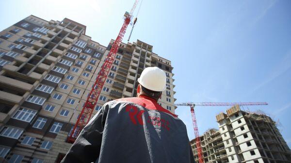 Рабочий на строительстве жилого дома