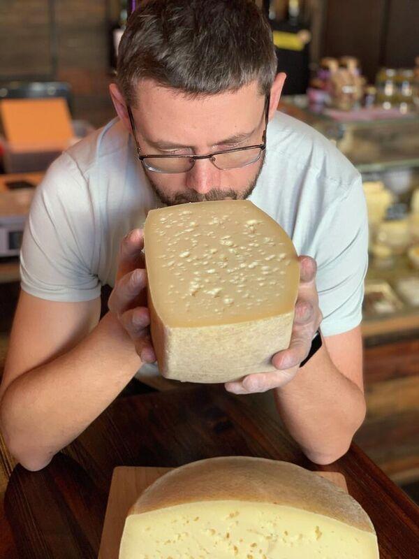 Александр Исаков оценивает один из свежих сыров