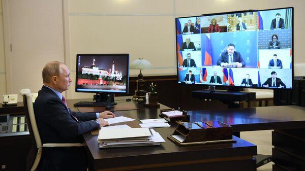 Президент РФ Владимир Путин во время совещания в режиме видеоконференции по ситуации на рынке труда