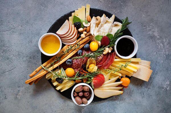 Традиционная итальянская закуска антипасто в кафе-лавке Исаковых во Владивостоке