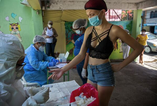 Девушка проходит экспресс-тест на COVID-19 в Санто-Доминго
