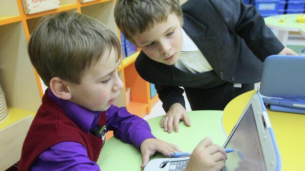Первоклассники на компьютерных занятиях