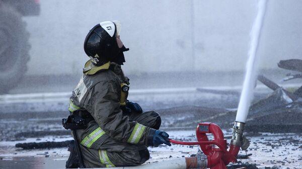 Сотрудник пожарной службы МЧС РФ во время тушения возгорания бизнес-центра Парус в Тюмени