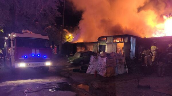 Сотрудники МЧС во время ликвидации пожара в кафе на улице Серафимовича в Ульяновске