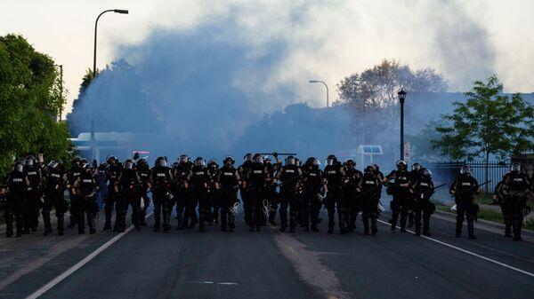Сотрудники полиции во время протестов в Миннеаполисе