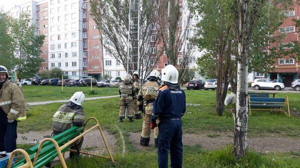 Сотрудники МЧС Казани уговаривают мужчину слезть с дерева