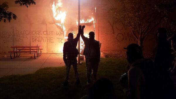 Протестующие на улице в Миннеаполисе